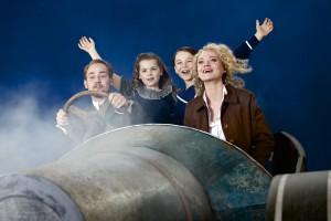 Tschitti Tschitti Bäng Bäng, Szenenbild mit Peter Lesiak, Amelie Spielmann und Nadine Zeintl