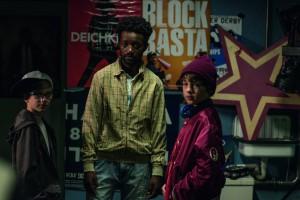 Dicke Freundschaft verbindet Basti Hartmann (Marinus Hohmann) mit Olaf (Lenny Den Dooven) und Flüchtling Diallo (Eric Kabongo)