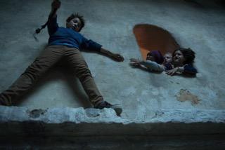 Gefährlicher Stunt: Marinus klettert um den Turm, wo die Fünf Freunde gefangen gehalten werden.