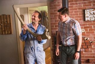 Der fiese Kurt (Milan Peschel) klaut den Dinosaurierknochen.